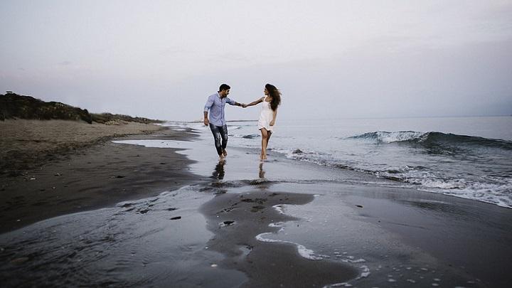 pareja-en-la-orilla-del-mar