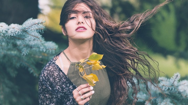 chica-de-cabello-rizado-en-la-naturaleza