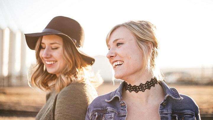 dos-chicas-sonriendo