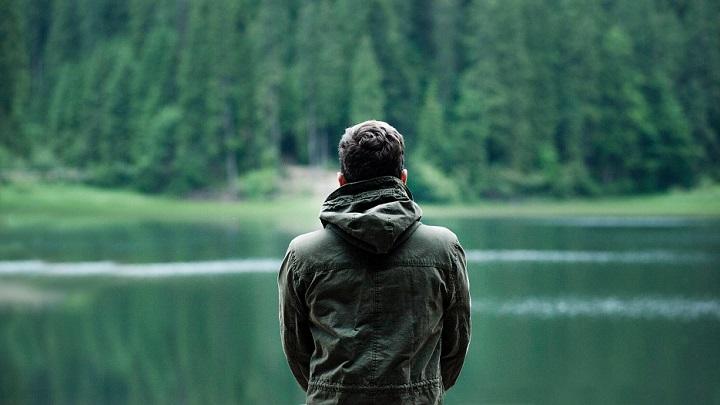 hombre-mirando-el-bosque