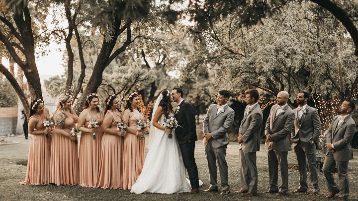 pareja-e-invitados-de-boda