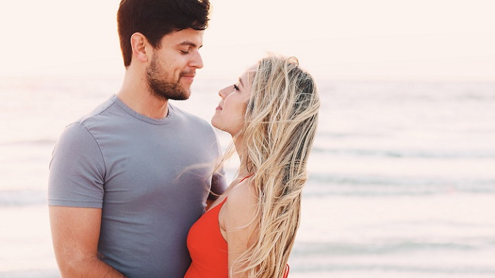 pareja-en-dia-de-playa