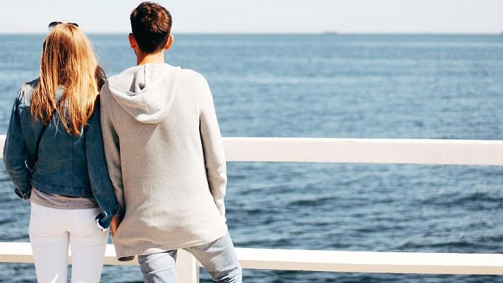 pareja-observando-el-mar