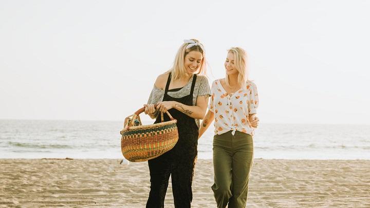 amigas-paseando-en-la-playa