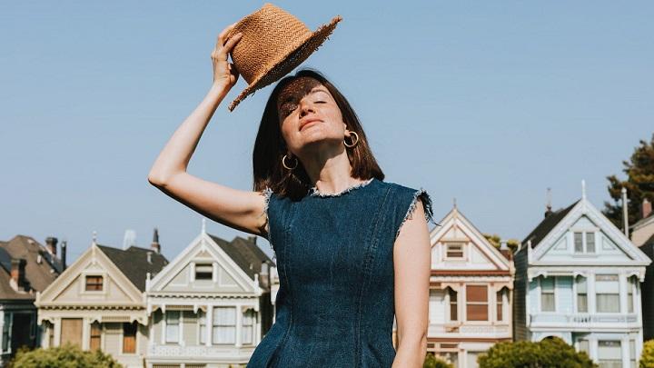 chica-con-sombrero-en-verano