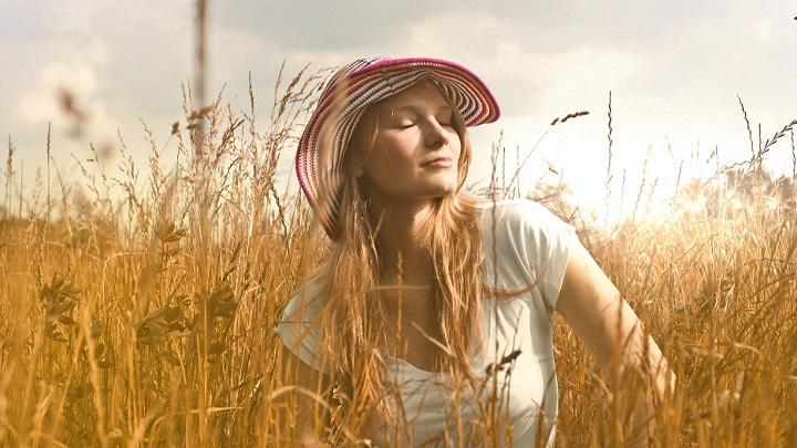 chica-con-sombrero-en-el-campo