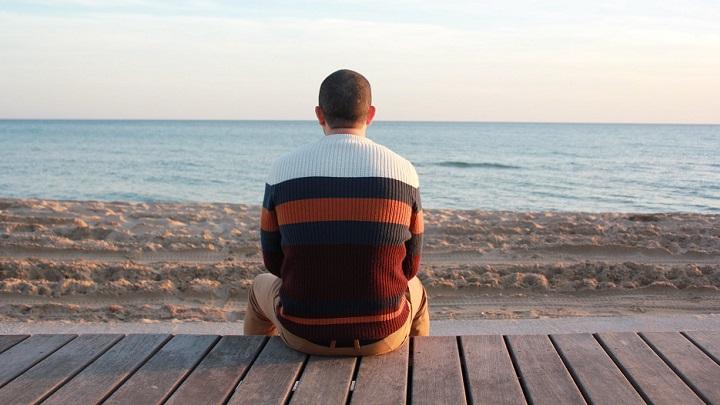 hombre-mirando-el-paisaje-de-playa