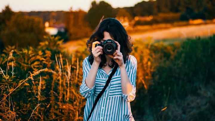 mujer-haciendo-fotos