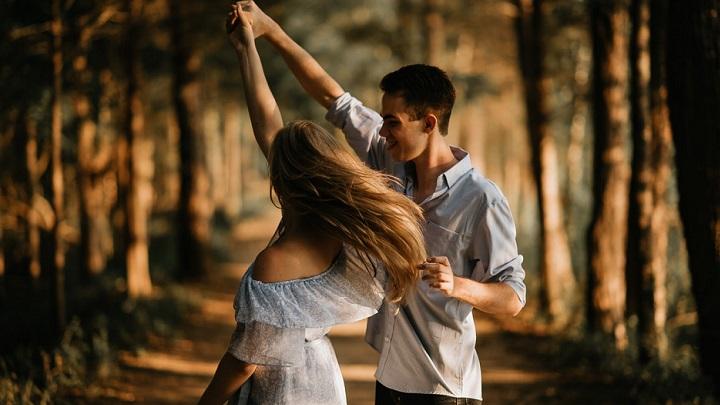 pareja-bailando-en-el-bosque