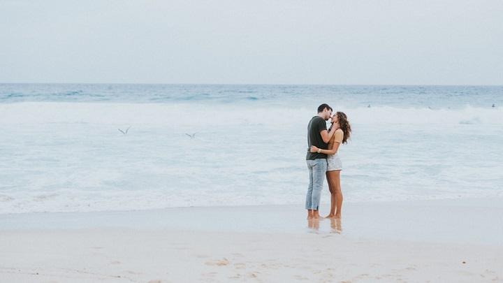 pareja-en-la-orilla-de-la-playa