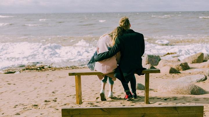 pareja-mirando-el-mar
