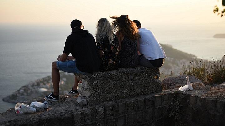 amigos-sentados-en-una-roca