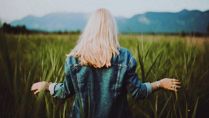 chica-caminando-por-el-campo