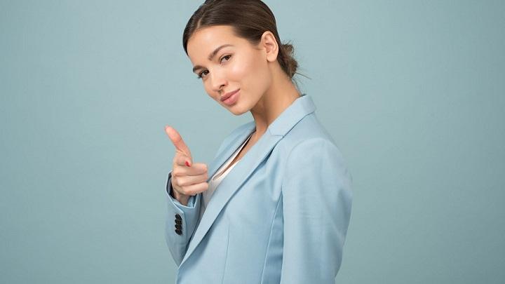 chica-viste-chaqueta-de-color-azul