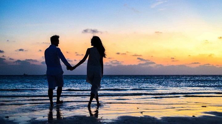 pareja-al-atardecer-en-la-playa