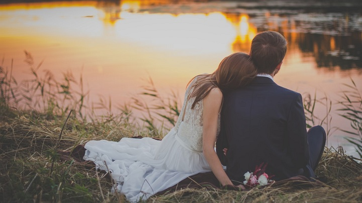 pareja-mirando-el-lago
