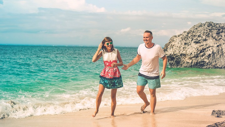 pareja-pasea-en-la-playa