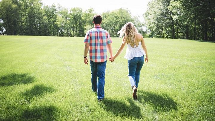 pareja-paseando-por-el-jardin