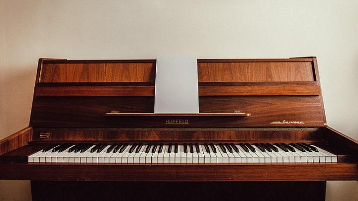 piano-con-partitura
