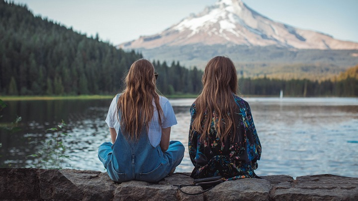 chicas-observan-el-paisaje