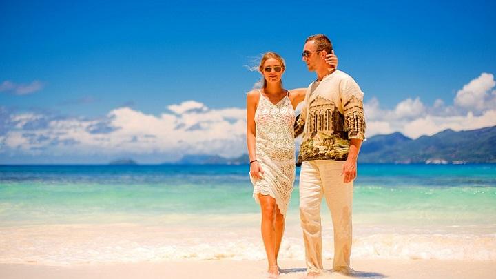 pareja-en-destino-de-playa