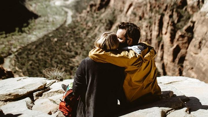 pareja-mira-el-paisaje