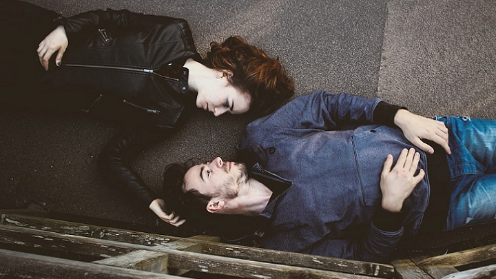 pareja-tumbada-sobre-el-suelo