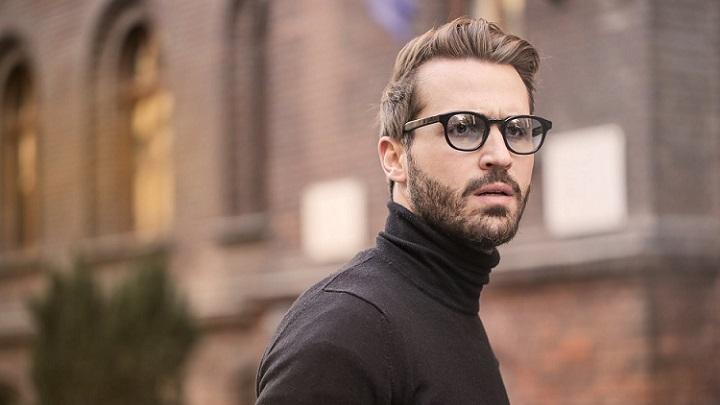 hombre-con-gafas-de-color-negro