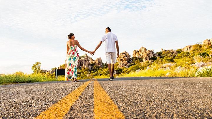 pareja-en-la-carretera