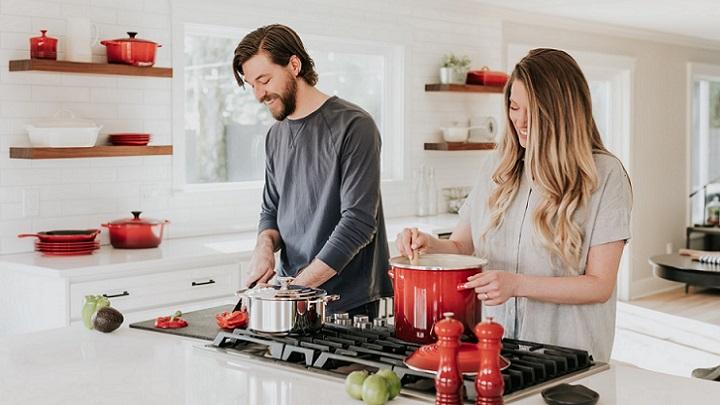 pareja-en-la-cocina