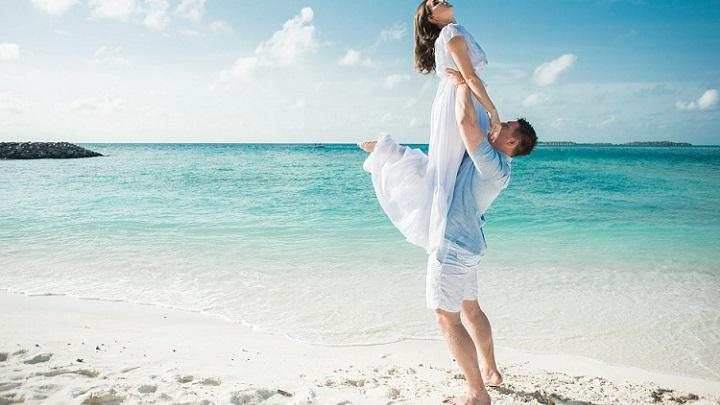 pareja-feliz-en-la-playa