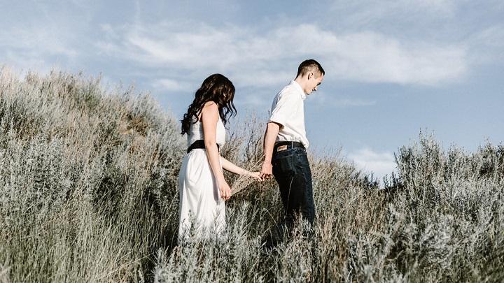pareja-caminando-por-el-campo