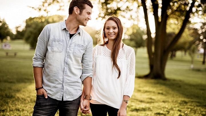 pareja-feliz-cerca-de-un-arbol