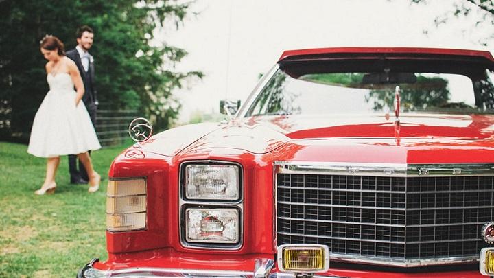 pareja-junto-al-coche-rojo