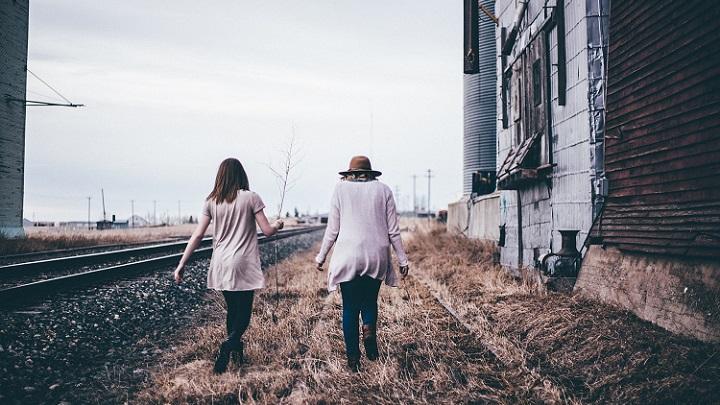 amigas-caminando
