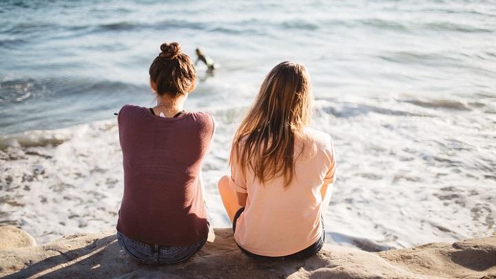 amigas-mirando-el-mar