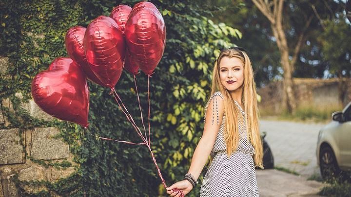 chica-con-globos