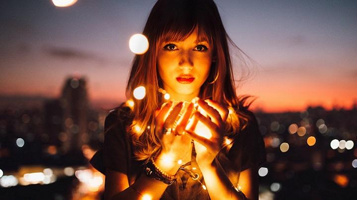 chica-con-iluminacion