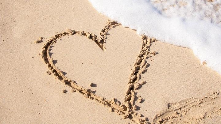 corazon-dibujado-en-la-arena