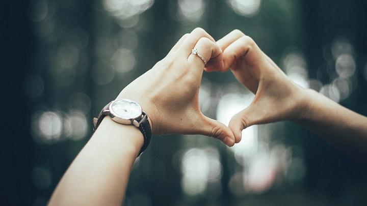manos-formando-un-corazon