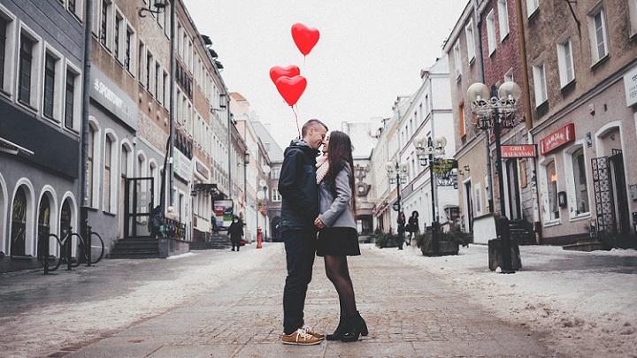 pareja-en-calle-peatonal