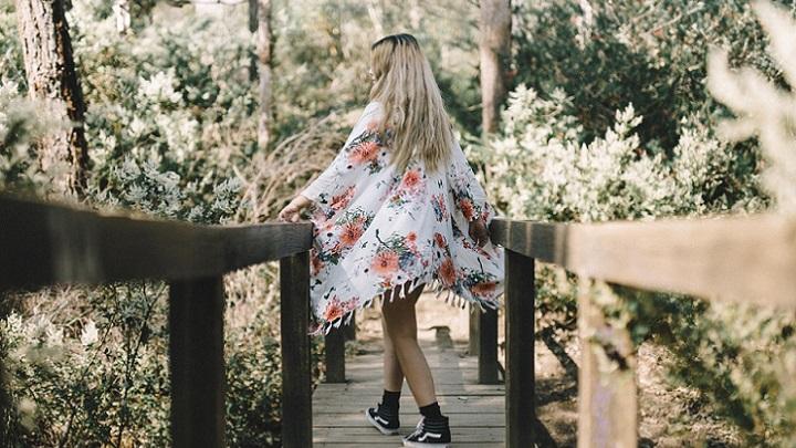 chica-camina-por-el-puente