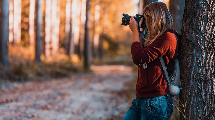 chica-fotografia-el-bosque