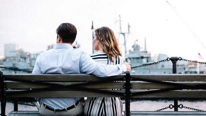 pareja-viendo-el-paisaje