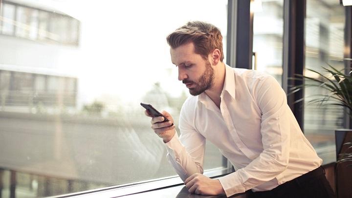 chico-mirando-su-telefono-movil