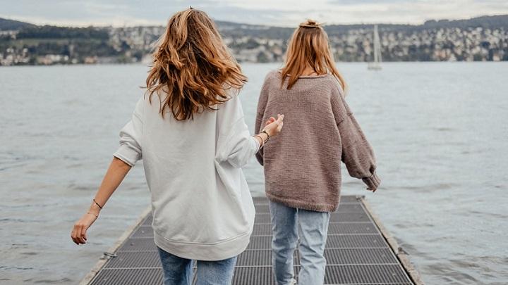 jovenes-mirando-el-mar