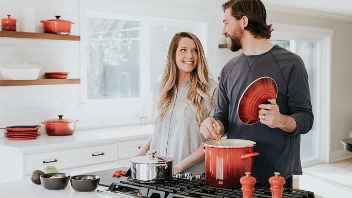 pareja-joven-en-la-cocina