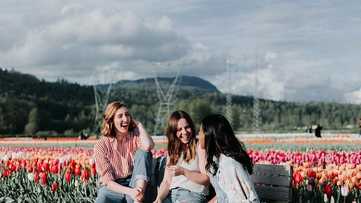 tres-amigas-sentadas-en-un-banco