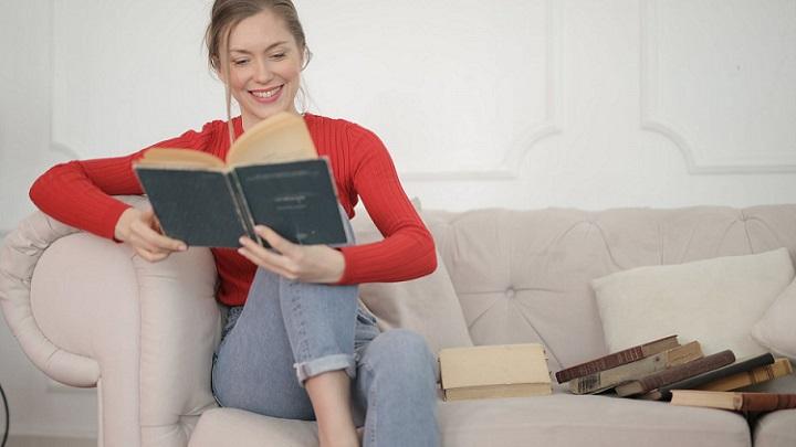 chica-lee-un-libro-en-el-sofa