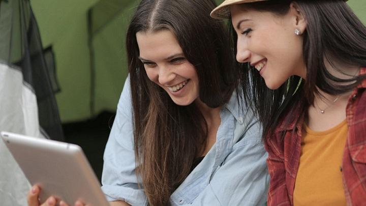 dos-chicas-con-tablet